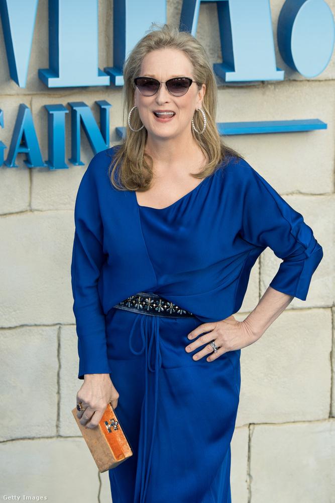 ...és így festett az új film premierjén.Streep egyébként időközben megnyerte a harmadik Oscar-díját a Vaslady főszerepéért és nyert két Golden Globe-díjat is