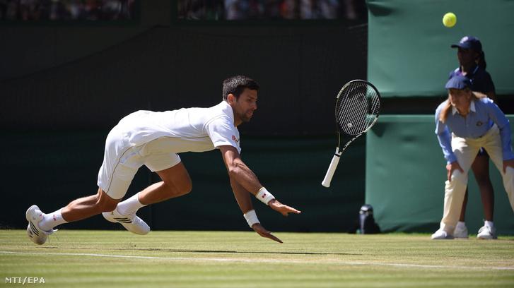Novak Djokovic az amerikai Sam Querrey ellen játszik az angol nemzetközi teniszbajnokság férfi egyesének harmadik fordulójában Wimbledonban 2016. július 2-án.