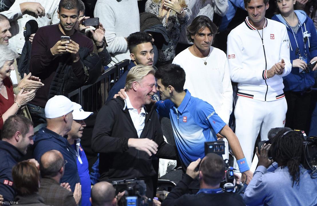 Novak Djokovic (j) edzőjével, Boris Becker miután győzött a svájci Roger Federer ellen a férfi teniszezők idényzáró ATP-világbajnokságának döntőjében a londoni O2 Arénában 2015. november 22-én.
