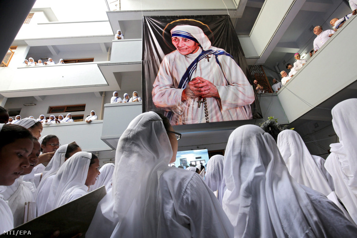 Katolikus apácák imádkoznak Kalkuttai Teréz anya halálának 19. évfordulóján az általa alapított Szeretet Misszionáriusai rendház központi imaházában, a kelet-indiai Kolkatában 2016. szeptember 5-én, egy nappal azután, hogy Ferenc pápa szentté avatta a Nobel-békedíjas szerzetesnőt a római Szent Péter téren.
