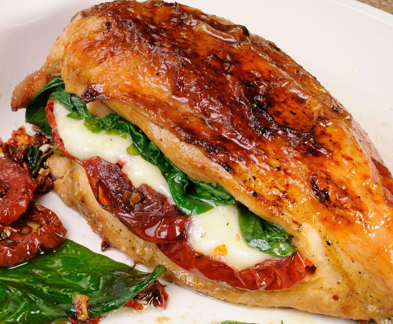 Paradicsommal és sajttal töltött csirkemell: így nem szárad ki a hús sütés közben