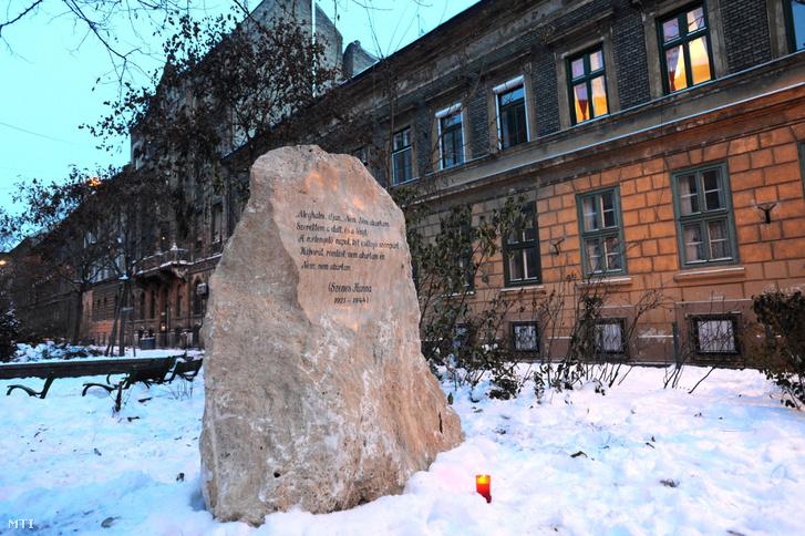 2009. december 21. Szenes Hannának emléket állító Gondolatok köve elnevezésű kompozíció a költőnőről elnevezett parkban, a VII. kerületben, a Jósika és a Rózsa utca sarkán.