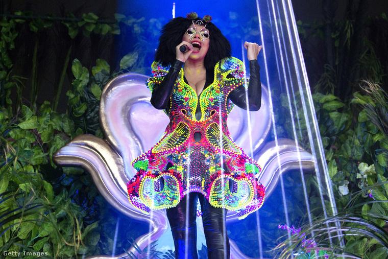 Majd július hetedikén ilyen vidám szerelésben lépett fel Björk Londonban.
