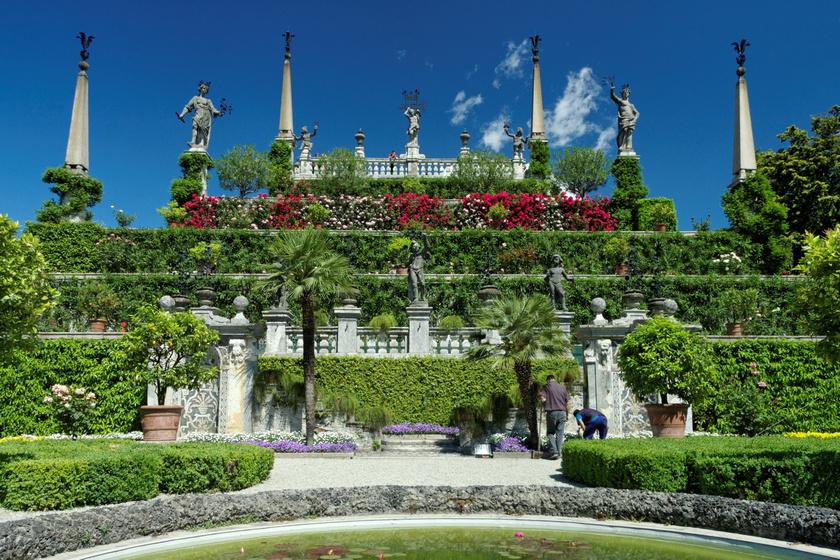 Az Isola Bella, avagy Gyönyörű Sziget a Lago Maggiore-tó közepén található Észak-Olaszországban. A sziget az 1600-as években kezdte felvenni mai alakját, amikor III. Károly palotát építtetett itt a feleségének. Gyönyörű kertje majdnem száz évvel később készült el, és azóta is csodájára járnak.