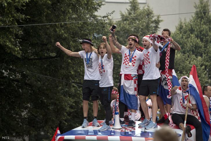A világbajnoki ezüstérmes horvát válogatott nyitott tetejű buszon érkezik a fogadási ünnepségükre Zágrábban 2018. július 16-án.