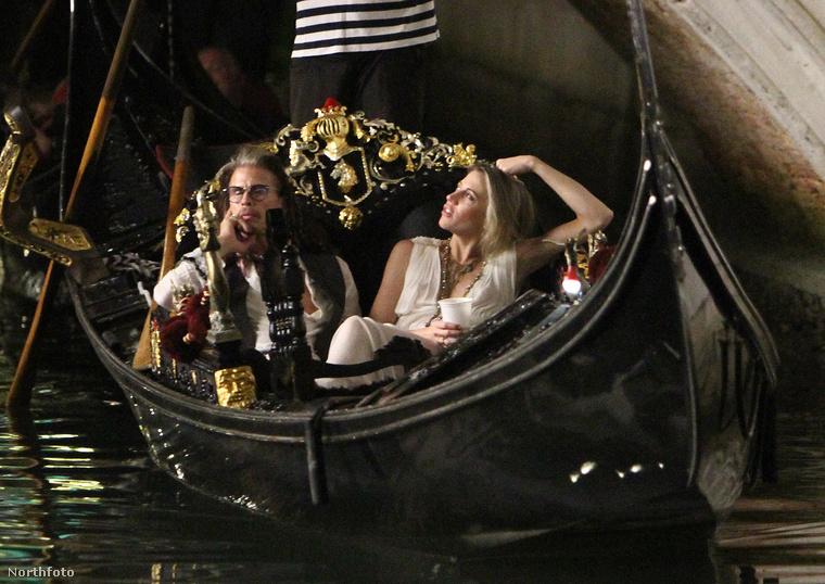 ...hanem a legklasszikusabb romantikázós dolog, amit Velencében csinálni lehet: gondoláztak.