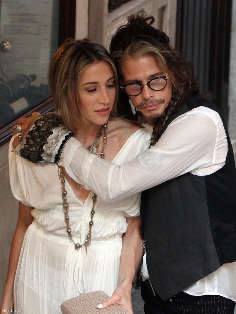 A képen látható Steven Tyler és a barátnője, Aimee Preston, szép kerek évfordulókat ünnepelhettek idén