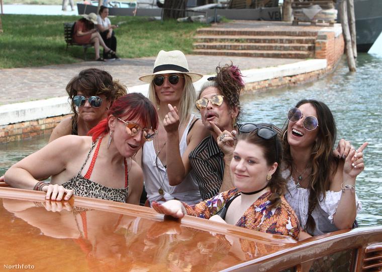 Nagyon szeretnénk azt hinni, hogy a vidám csónakázás közben minimum egyszer lement a Despacito, mondjuk éppen akkor, mikor ez a fotó készült.