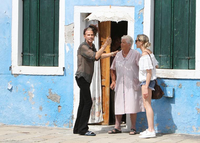 Ezek mellett pedig, az énekes és a barátnője egy egy idős olasz asszonyhoz is beugrottak, hogy ilyen praktikus kis napernyőt vegyenek tőle.