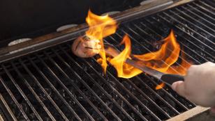 Egy sima hagymával is lepucolhatod a grillrácsot