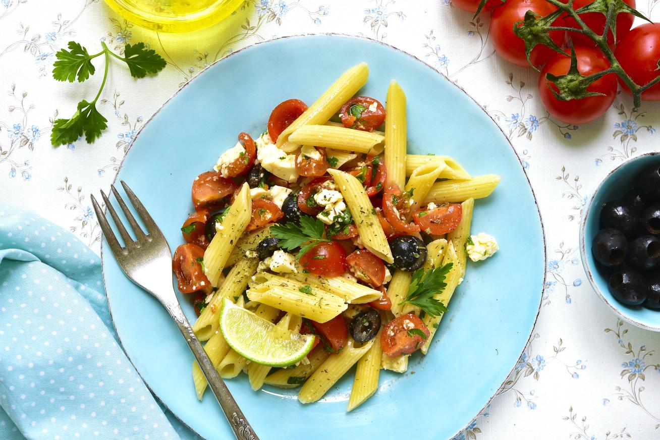 Fetás, zöldséges tésztasaláta, ahogy a görögök készítik: finom, és percek alatt kész