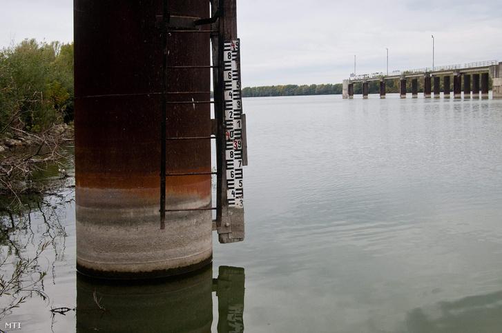 Vízmérõ mérce a dunakiliti duzzasztómû közelében