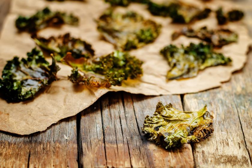 A fodros kelből készült chips annyira finom, hogy nehezen tudod majd abbahagyni. A levelek ropogósra száradnak, és a feltéteknek köszönhetően az ízük isteni lesz. Pillanatok alatt el fog fogyni a napi ajánlott C-, E- és A-vitamin-mennyiség. Ráadásul ez a zöldség omega-3 és omega-6 zsírsavakat is tartalmaz, és felpörgeti a zsíranyagcserét, így különösen jót tesz a fogyókúrának.