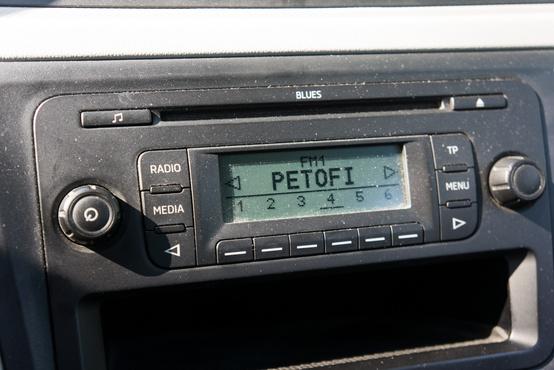 Este régi Nokiákat idéz a rádió kijelzője