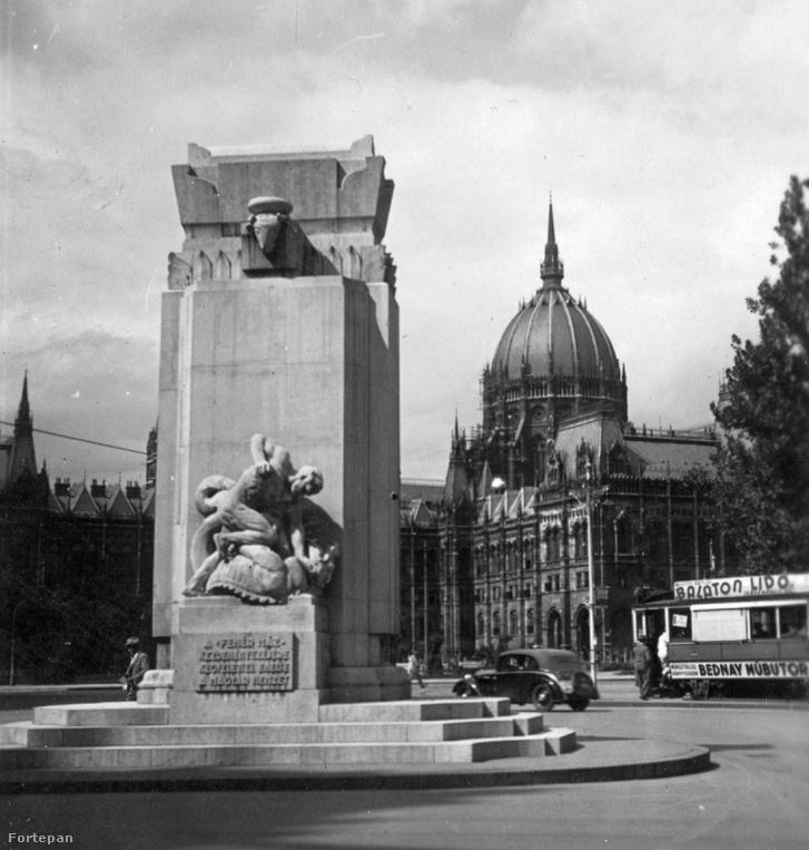 Nemzeti vértanúk emlékműve, háttérben a Parlamenttel, 1934-ben
