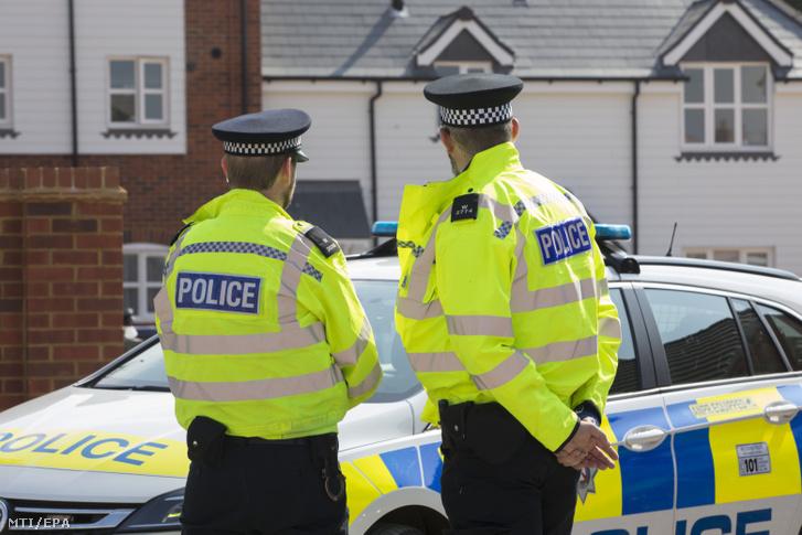 Rendőrök annak a háznak a környékét biztosítják 2018. július 5-én, amelyben mérgezés miatt rosszul lett egy brit nő és férfi az angliai Amesburyben június 30-án.
