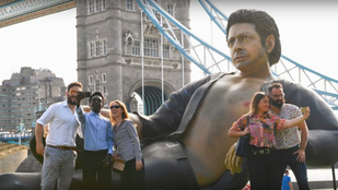 Dinóméretű Jeff Goldblum-szobrot állítottak fel Londonban