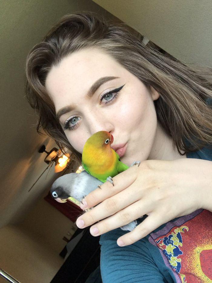 Ő Maura Hennely és szerelmetes madarai: Kiwi és Siouxsie.
