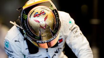 Hamilton csak két évre hosszabbított