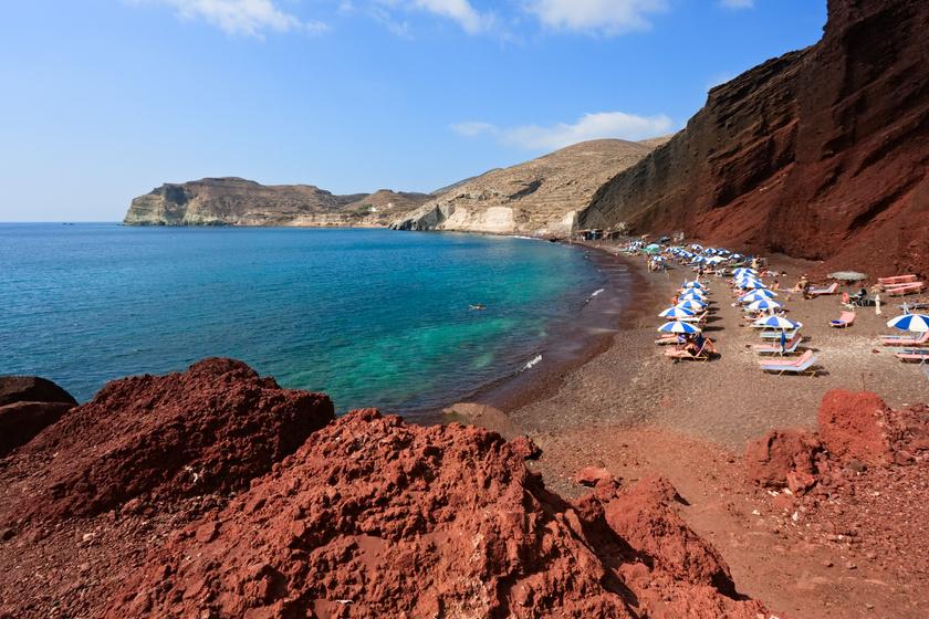 Szantorini egyik legjellegzetesebb, legkönnyebben felismerhető strandja a Vörös strand, ami a környező, vörös színben játszó sziklákról kapta a nevét. A strand nem nagy, de gyönyörű, viszont az esetleges sziklaomlások miatt egy kicsit veszélyes is. A partot vörös és fekete kavicsok borítják.