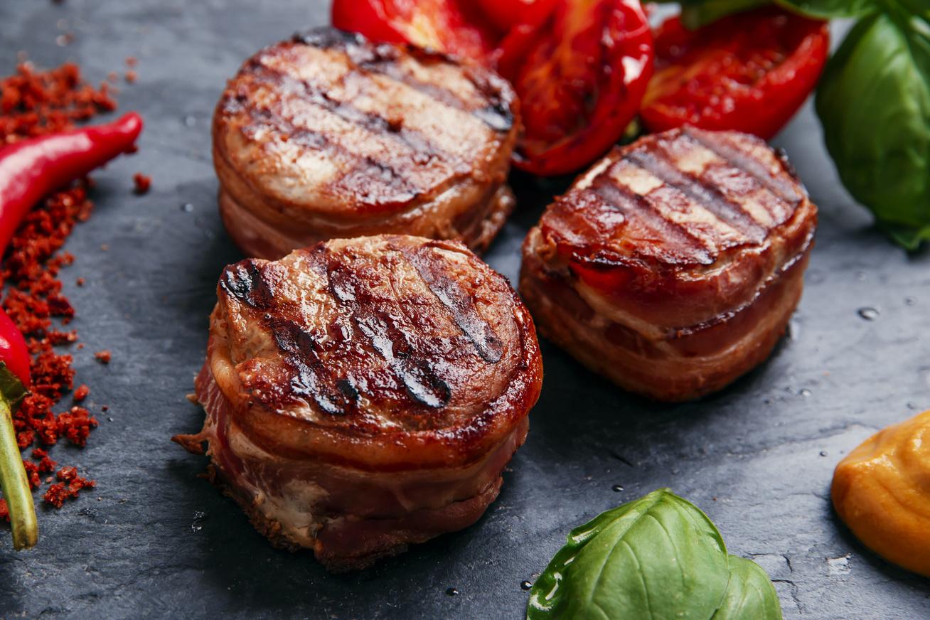 Villámgyors szűzérmék baconben sütve: szétomlik a szádban