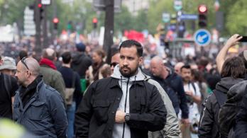 Macron tanácsadója verte a tüntetőket Párizsban