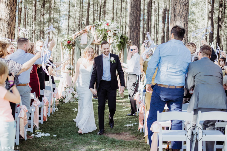 és oltár elé is álltak, hogy kimondják az igent.                         Tőlük ezzel a képpel búcsúzunk, de ha nézegetne még vicces esküvői fotókat, akkor itt megnézheti, miért kockázatos gyereket vinni egy esküvőre, itt azt láthatja, hogyan sétált bele egy pár fotóiba Adam Sandler, itt pedig egy olyan esküvőről olvashat, amit kakiriadó szakított félbe.viszlát!