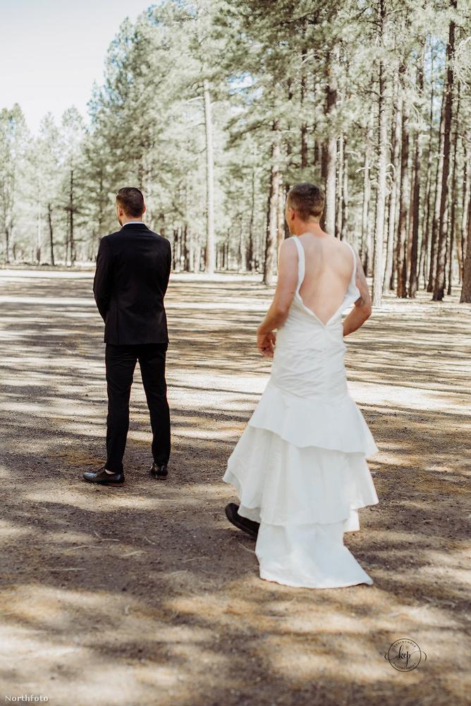 A dolgot még tetézte, hogy a vőlegény tényleg az utolsó pillanatig nem tudta, hogy az esküvői fotózásra nem a leendő felesége érkezik, hiszen az előre megbeszélt koncepció szerint háttal kellett várnia a menyasszonyát.