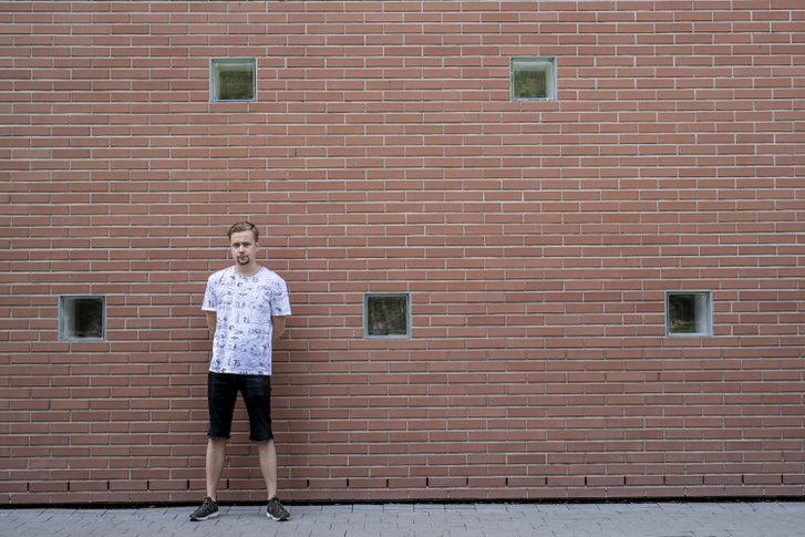 Simon Dániel a Szegedi Tudományegyetem falának támaszkodva. Az államvizsgája előtti hónapban szinte el sem hagyta ezt az épületet.