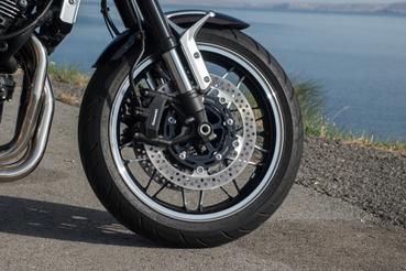 Radiális fék és felső pumpa jár az RS-hez, úgy is fog mint egy sportmotoron