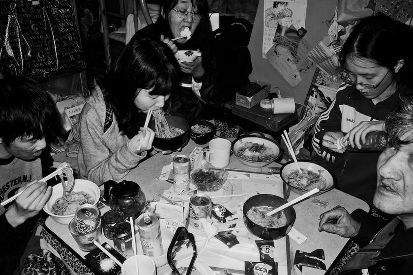 A férfi és családja körülbelül 18 éven keresztül élt így együtt. A szűkösség ellenére is sokat nevettek, és örültek, hogy együtt lehetnek. Itt éppen az újévi tésztavacsorát fogyasztják el, ami náluk hagyomány volt.