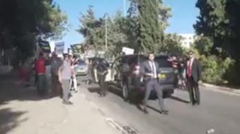 Tüntetők állták el Orbán autójának útját Izraelben