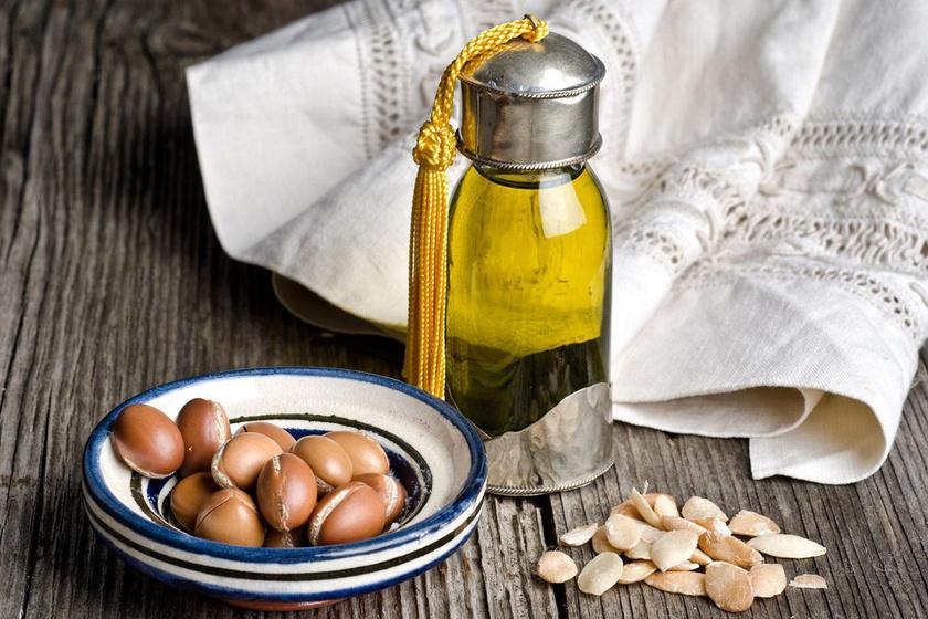 Az argánolaj E-vitamint, karotint és antioxidánsként működő fenolokat tartalmaz, melyek serkentik a növekedést. Lefekvés előtt, fültisztító pálcikával kenj vékony réteget a pillákra, reggel pedig mosd le.
