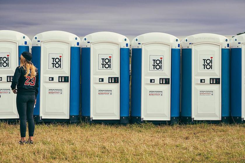 fesztivál toitoi wc várakozás mosdó