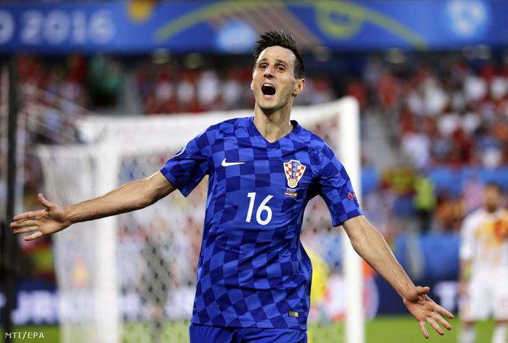 A horvát Nikola Kalinic ünnepel, miután 1-1-re egyenlített a spanyol válogatottal szemben a 2016-os franciaországi labdarúgó Európa-bajnokság D csoportja harmadik fordulójában játszott Horvátoszág – Spanyolország mérkőzésen a bordeaux-i Új Stadionban 2016. június 21-én.