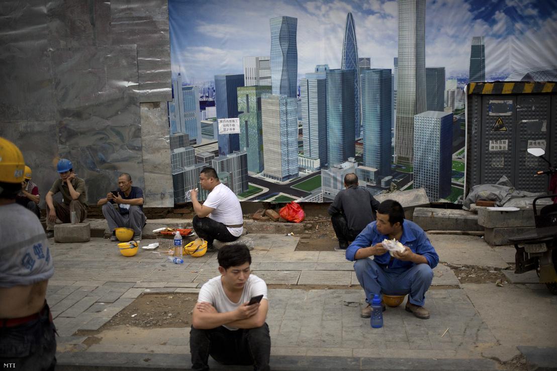 Kínai építőmunkások pihenőjüket töltik Pekingben 2018. július 19-én.