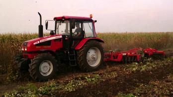 Aki gyorsabban utal, az viheti a traktort