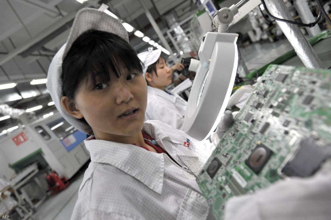 Kínai munkás a Foxconn sencseni gyárában