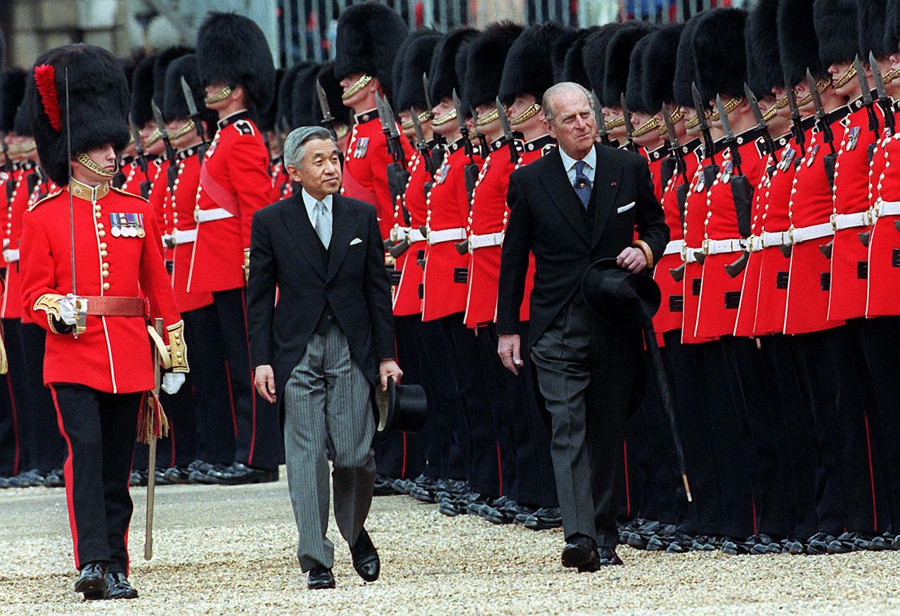 Fülöp herceg Akihito japán császár társaságában tekinti meg az őrséget 1998-ban.