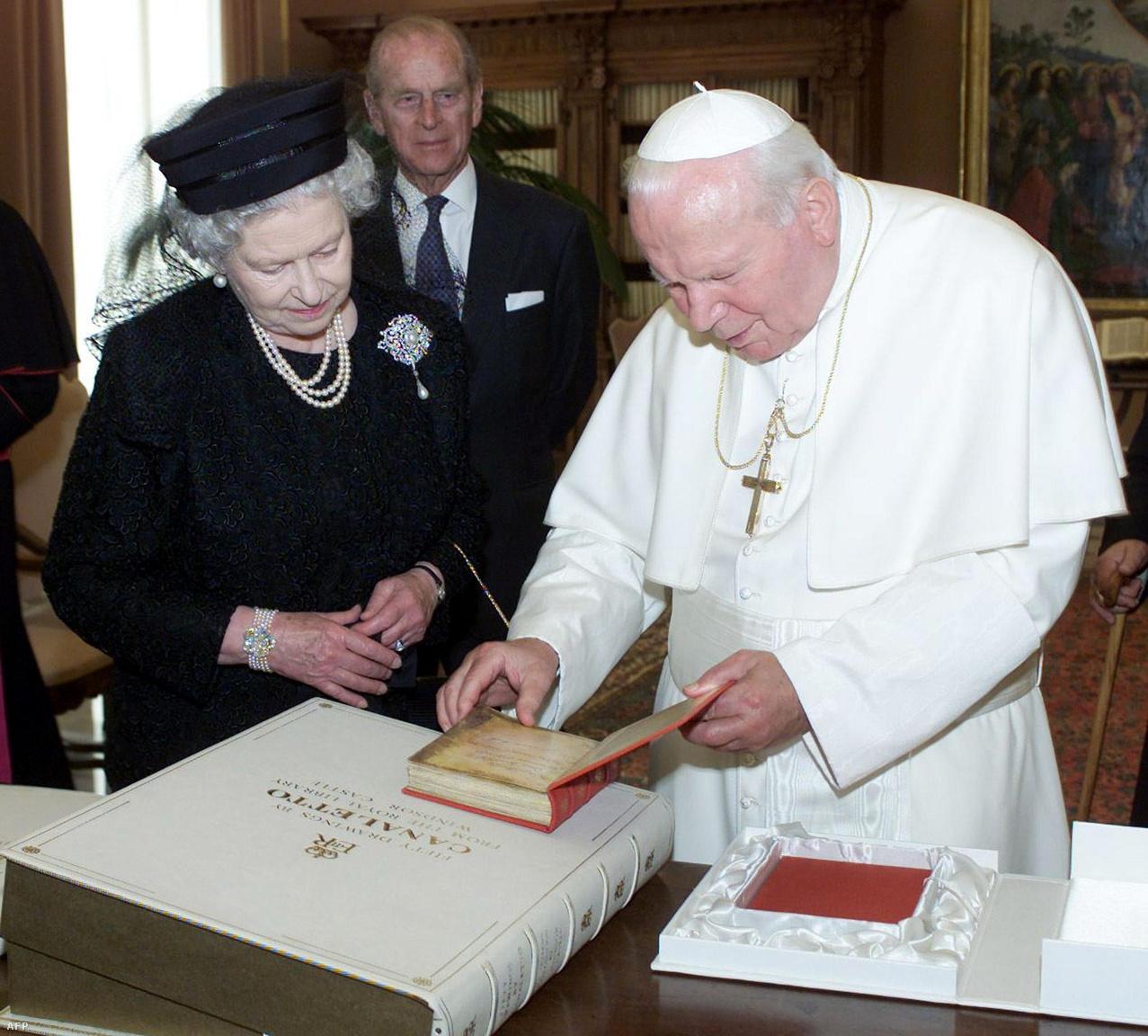 II. Erzsébet királynő a Vatikánban találkozott II. János Pál pápával 2000-ben. A háttérben pedig ott látható a királynő fáradhatatlan kísérője is.