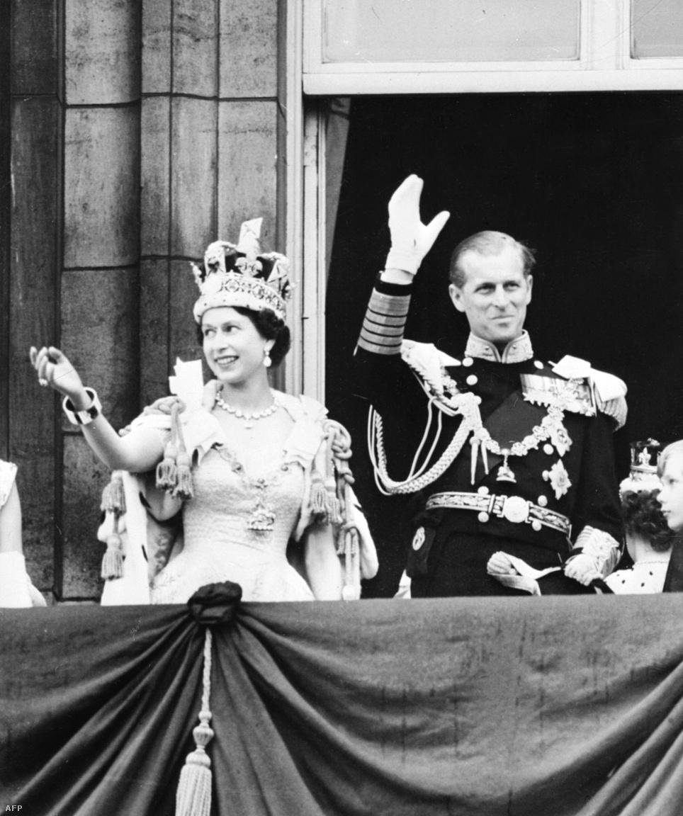 II. Erzsébet apja, VI. György 1952-ben halt meg, így a fiatal hercegnő 25 évesen a britek királynője lett. A koronázását 1953-ban tartották a westminsteri apátságban.