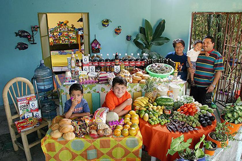 A mexikói Casales család tagjai egy héten nagyjából 53 ezer forintnak megfelelő pezót költenek ételre. A kedvenc ételük a pizza, a rák, a tészta és a csirke.