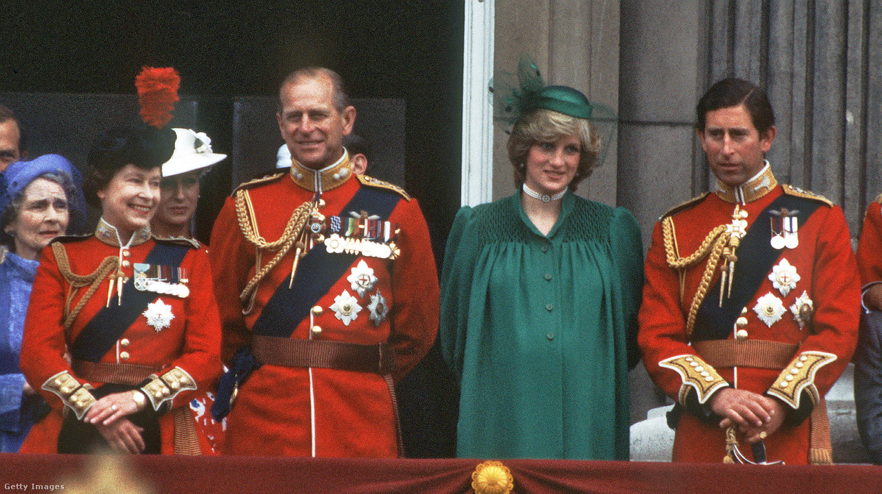 A királyi család 1982-ben, Károly herceg mellett a Vilmos herceggel várandós Diana hercegnő állt a Buckingham-palota erkélyén.