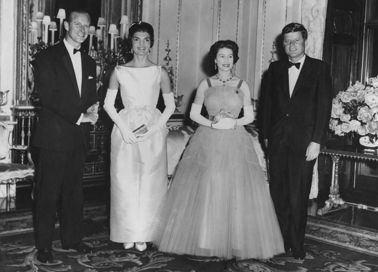 A világ számos vezetőjét fogadták, ezen a képen John F. Kennedyvel és feleségével, Jackie-vel láthatók a Buckingham-palotában.