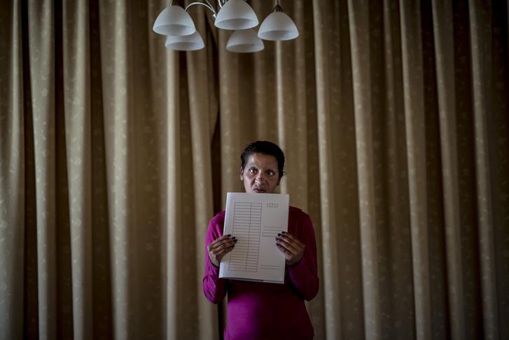 Speciális közmunkában készített irattartót mutat egy közmunkás 2016-ban Harsányban.