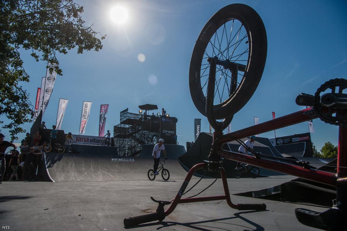 Versenyzõk melegítenek a Fise World Series extrémsport fesztiválon a Kopaszi-gáton 2017. augusztus 18-án. Hat szakág képviselõi szórakoztatják a közönséget a háromnapos rendezvényen amelyre több mint 50 ország mintegy 1500 versenyzõje érkezett Budapestre.