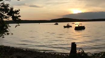 17 ember halt meg a kacsahajó-balesetben