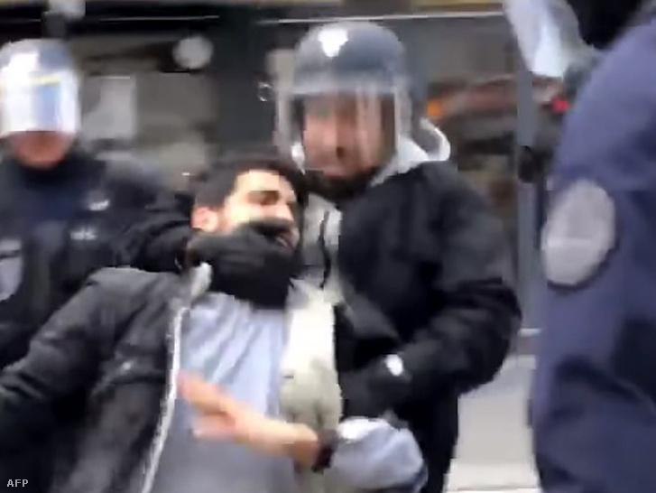 Alexandre Benalla rendőri sisakban a májusi tüntetésen