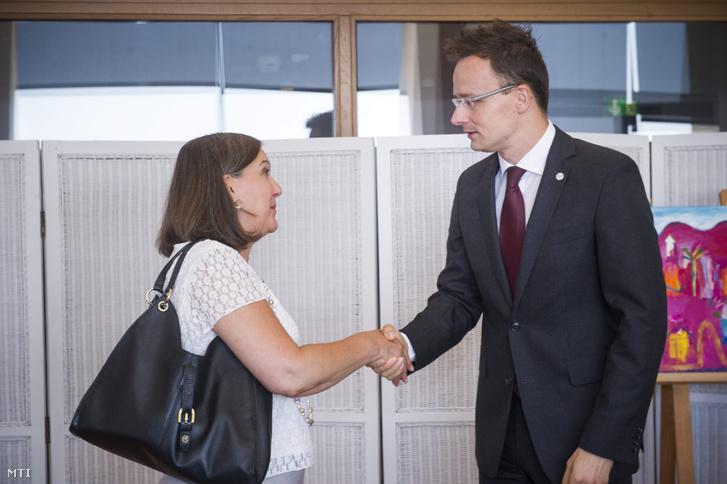 Szijjártó Péter külgazdasági és külügyminiszter és Victoria Nuland amerikai külügyi államtitkár kezet fog megbeszélésük előtt a Croatia fórumon Dubrovnikban 2015. július 10-én.