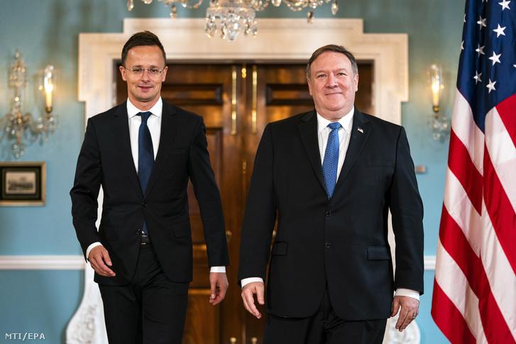 Mike Pompeo amerikai külügyminiszter (j) fogadja Szijjártó Péter külgazdasági és külügyminisztert Washingtonban 2018. május 30-án.